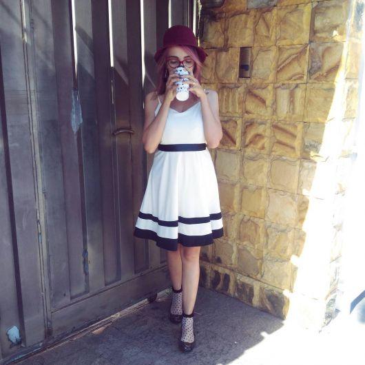 chapéu-coco com vestido drapeado