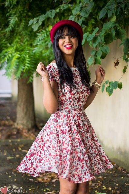 chapéu-coco com vestido floral