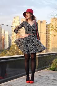 chapéu-coco com vestido minimalista