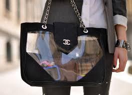mochila transparente chanel com detalhes em couro