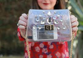 mochila transparente com pedras