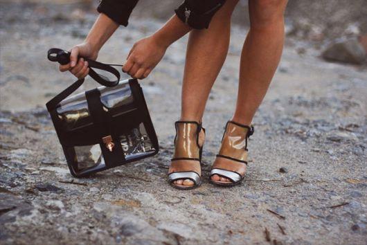 mochila transparente combinando com sandália transparente