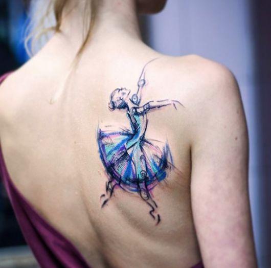 tatuagem de bailarina colorida nas costas