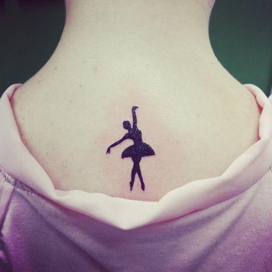 tatuagem de bailarina nas costas simples