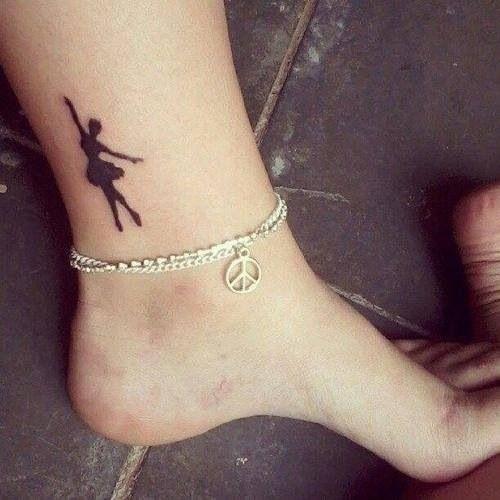 tatuagem de bailarina no pe preta
