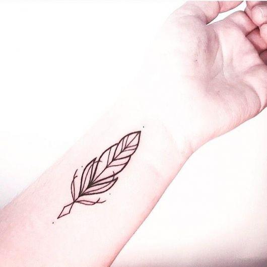 Modelo de tatuagem de pena pequena na parte interna do pulso.
