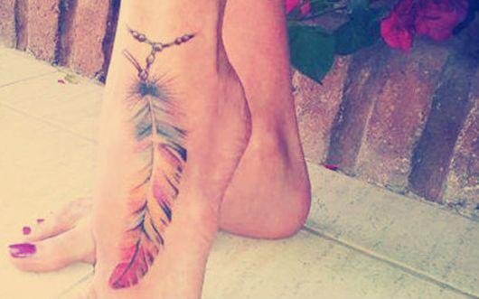 Modelo de tatuagem colorida de pena.
