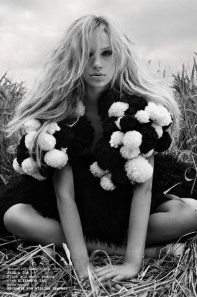 Foto preto e branca com modelo.