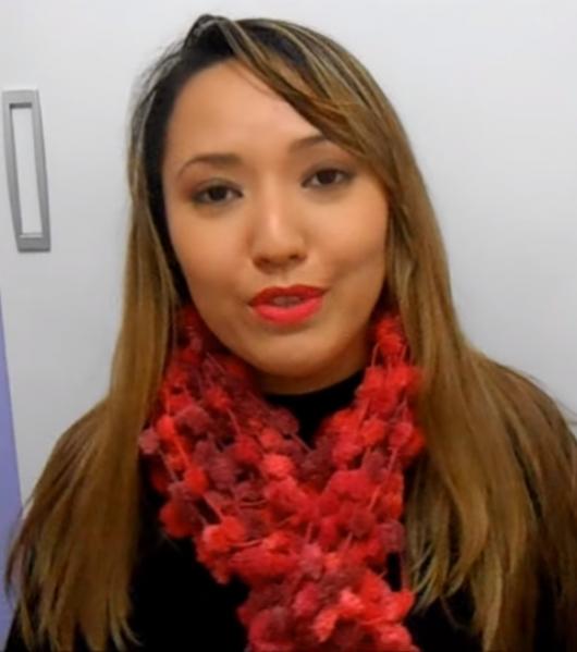 Mulher usando cachecol vermelho.