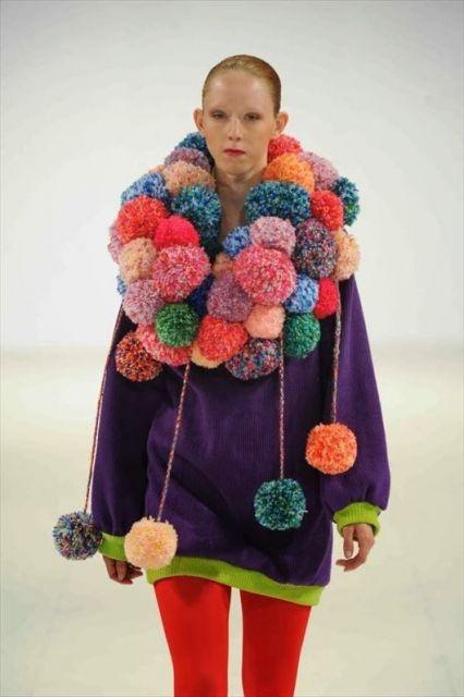 Modelo com roupas e cachecol coloridos.