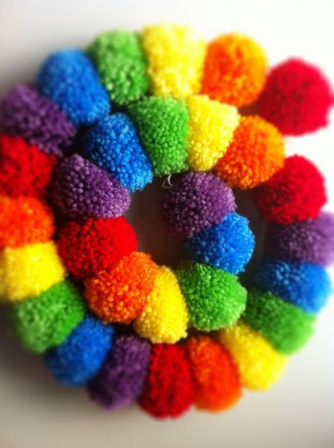 Cachecol colorido formando espiral.