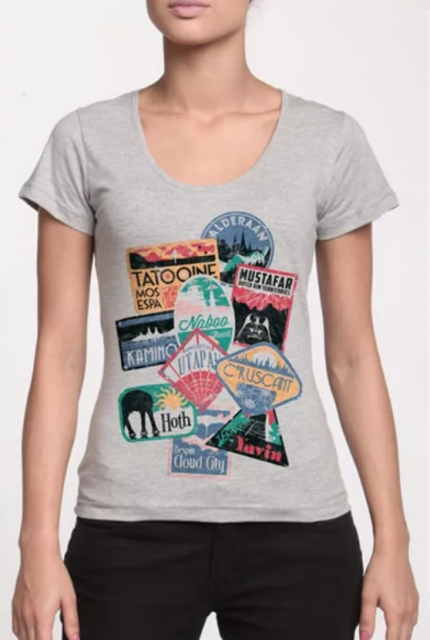 Camiseta cinza com nomes de lugares de filmes.