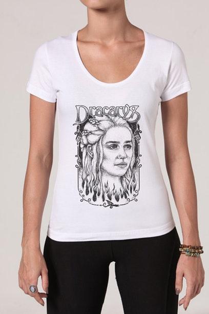Camiseta com imagem da mãe dos dragões, na série Game of Thrones.
