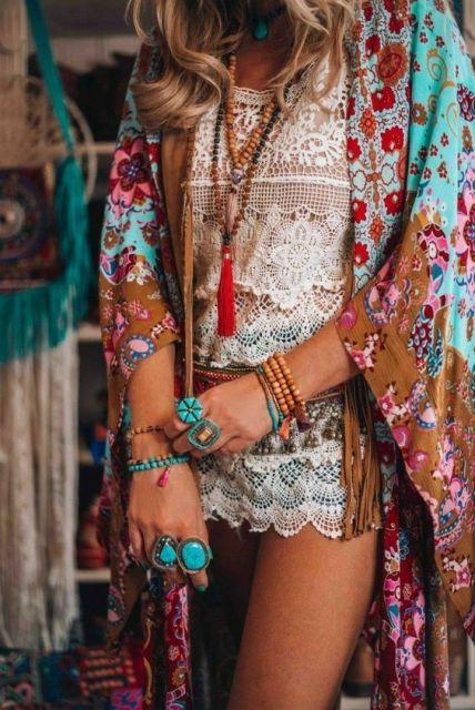 Look com kimono estampado.