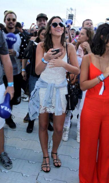 Bruna Marquezine com vestido branco e camisa jeans.