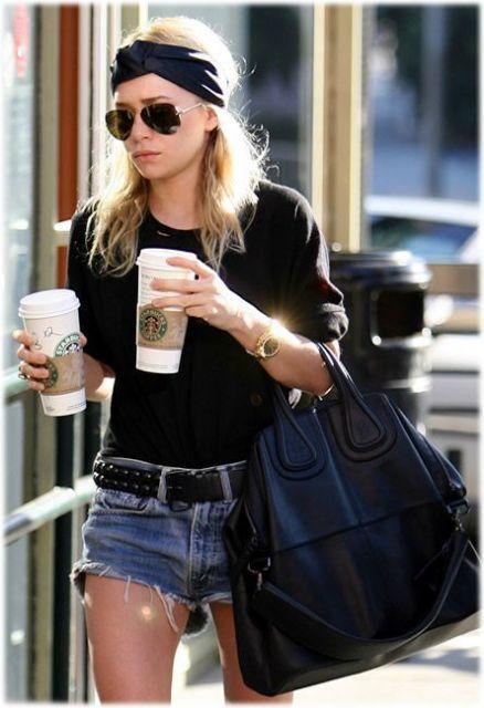 Uma das irmãs Olsen vestindo shorts jeans e camiseta preta.