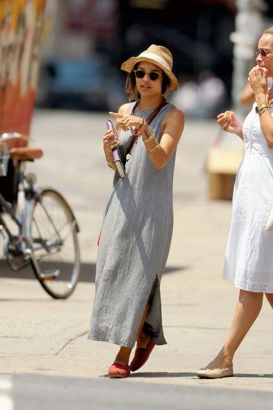 Look Indie com vestido longo cinza.