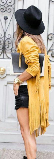 Mulher vestindo kimono amarelo.