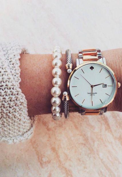 Mulher usando pulseiras e relógio.