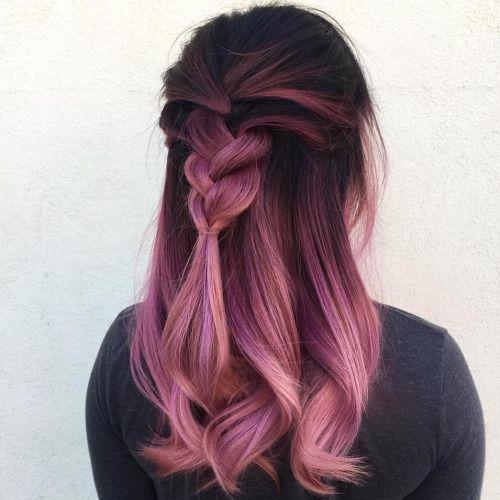 Mulher de costas com cabelo trançado.