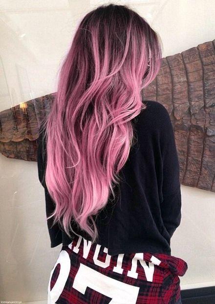 Mulher de costas com cabelo com ombré hair e luzes.