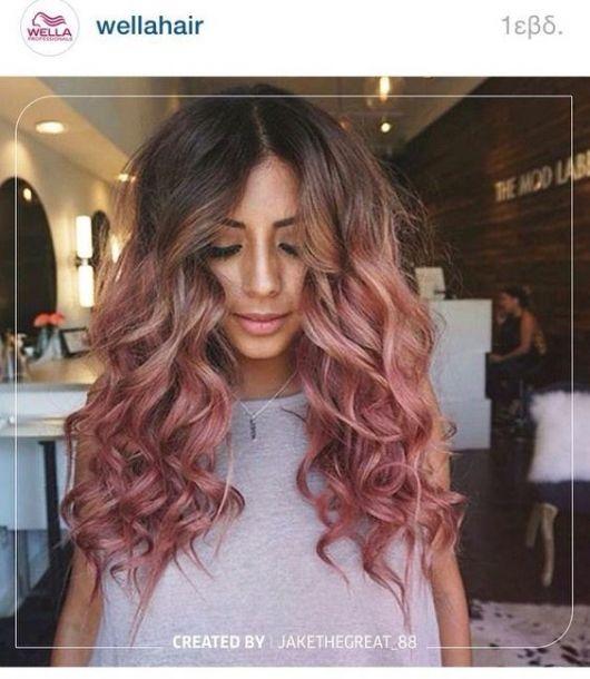 Mulher morena com cabelo ombré hair rosa.