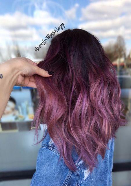 Mulher com ombré hair rosa.