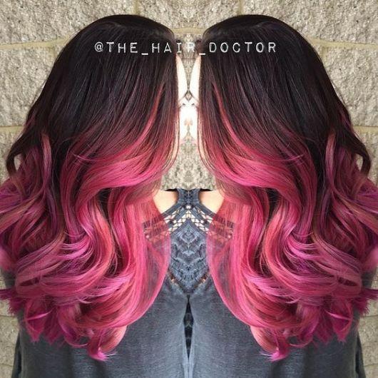 Cabelo escuro com ombré hair pink.