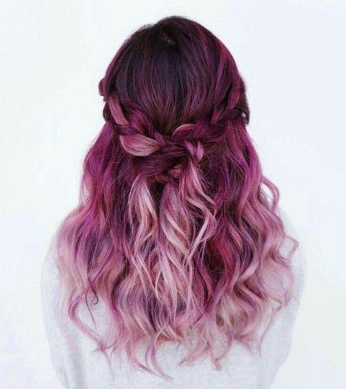 Cabelo trançado com ombré hair rosa.
