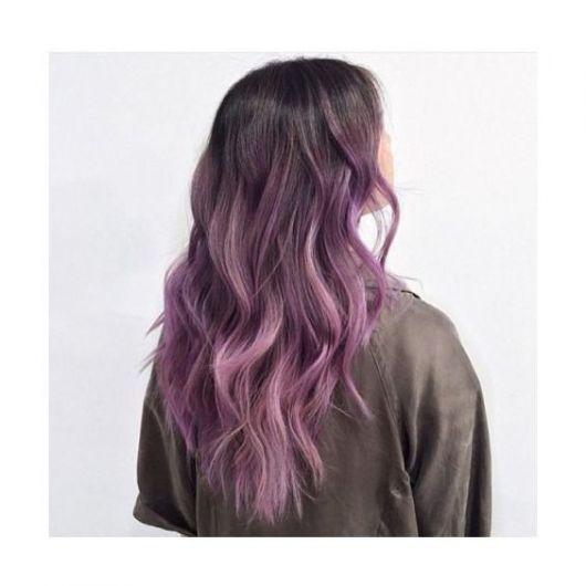 Ombré hair combinando tons de rosa e violeta.