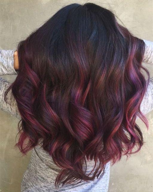 Cabelo com mechas e ombré hair rosa.