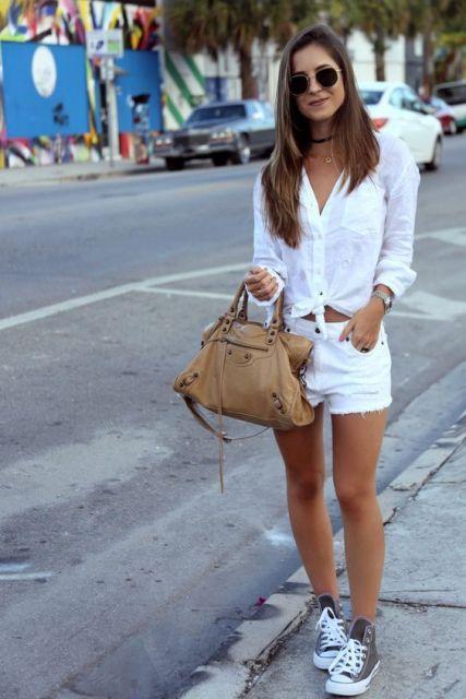 Modelo usa blusa branca, shorts branco e tenis cano alto.