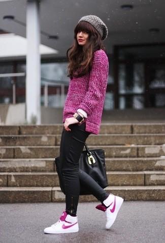 Modelo usa calça preta, blazer roxinho e tenis branco.