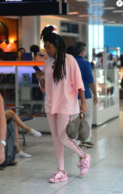 Modelo veste legging, camiseta e tenis cor de rosa clarinho.