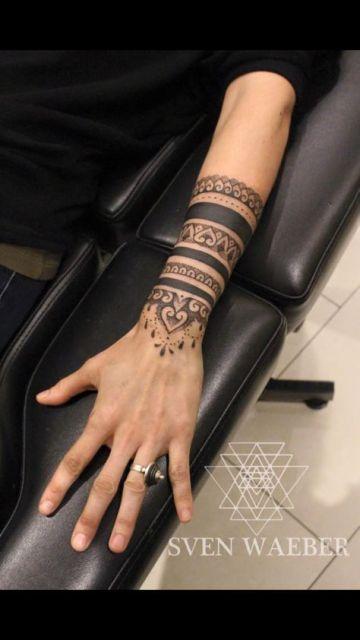 Mulher com tatuagem grande, do pulso até o antebraço.