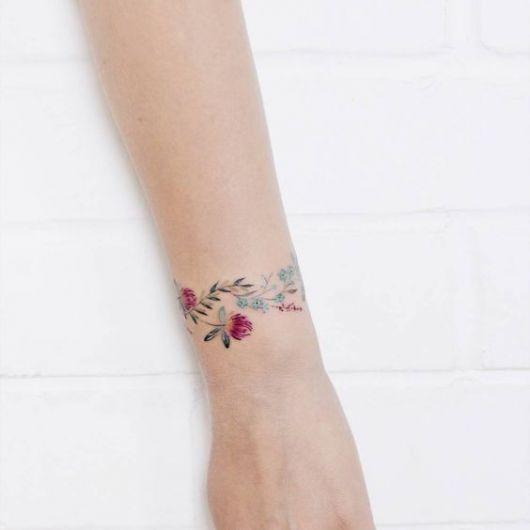 Tatuagem com flores vermelhas.