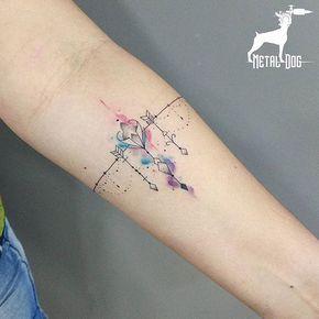 Tatuagem bracelete feminino colorida.