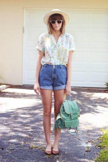 Modelo usa short jeans, camisetinha branca, mochila verde e rasteira baixa.