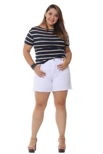 Modelo veste bermuda jeans branca, blusa listrada de preto e branco, com sapato preto.