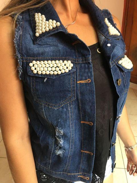 colete jeans customizado com perolas nos bolsos