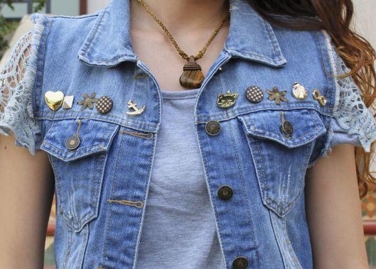 colete jeans customizado com bótons e outros acessórios