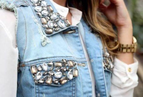 colete jeans customizado com pedras
