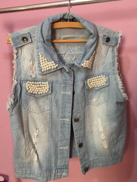 colete jeans customizado com pérolas nos bolsos
