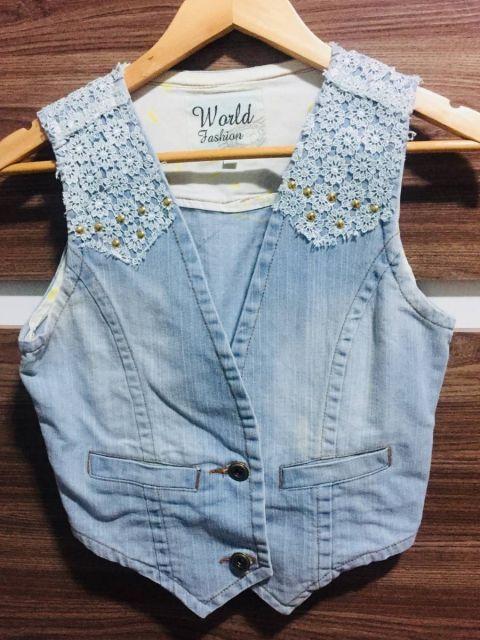 colete jeans customizado com renda aplicada
