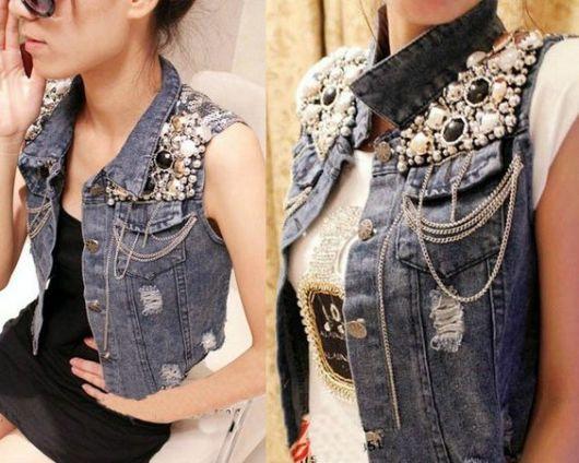 colete jeans customizado com pedras e pérolas