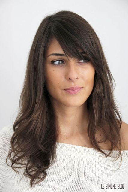 cabelo escuro com franja lateral