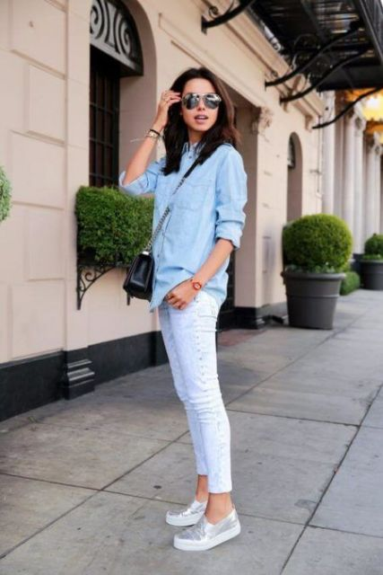 Modelo usa calça branca, tenis prata, blusa azul.