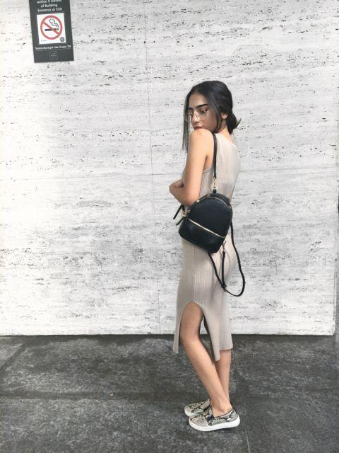 look vestido com mochila preta