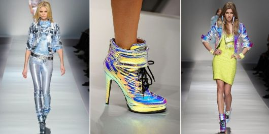 Modelo veste sapatos de salto holográfico, looks holográficos nas passarelas.