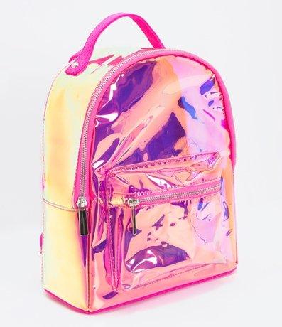 Modelo de mochila rosa holográfica estruturada.